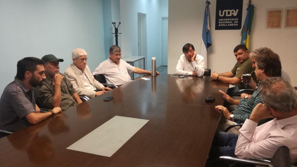 Rector Jorge Calzoni junto a referentes de organizaciones sociales